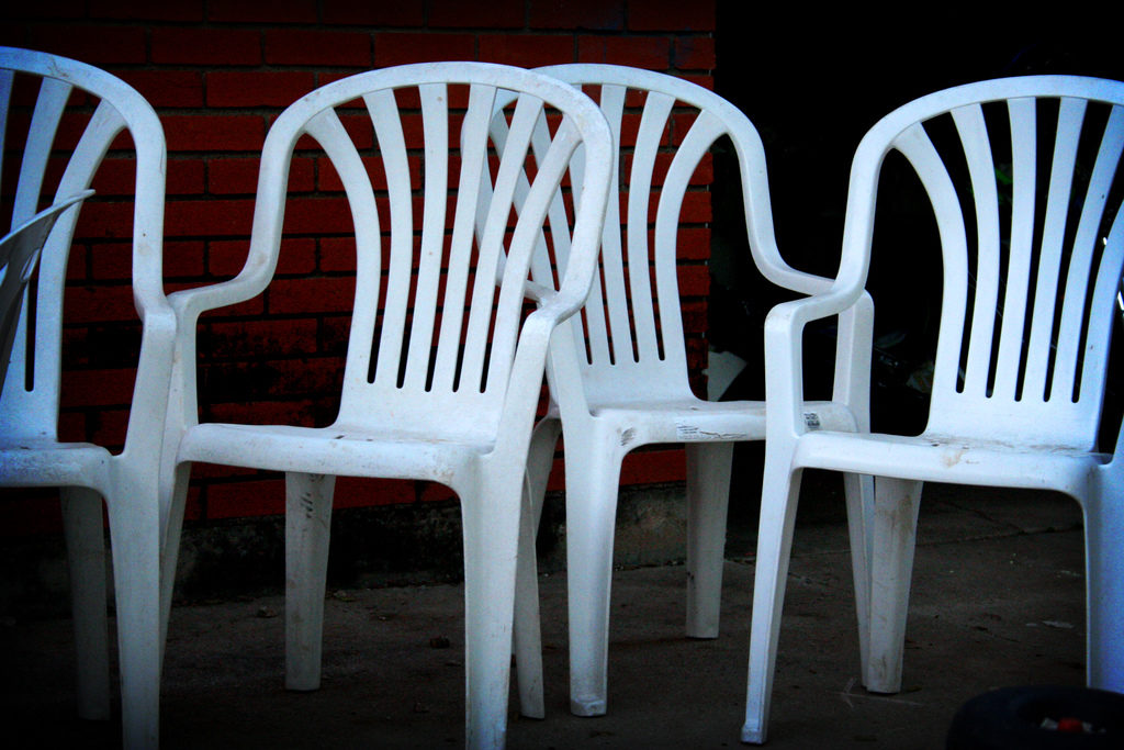 To Clean Plastic Chairs Cleaning S, What Is The Best Way To Clean White Plastic Outdoor Furniture